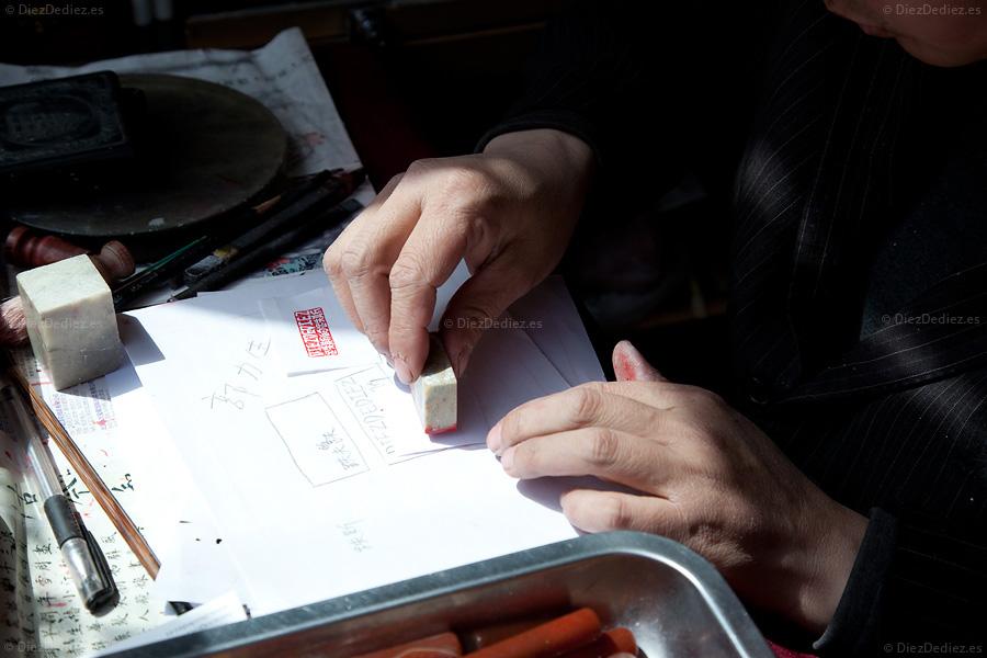 Maestro milenario Chino probando el sello de DiezDediez