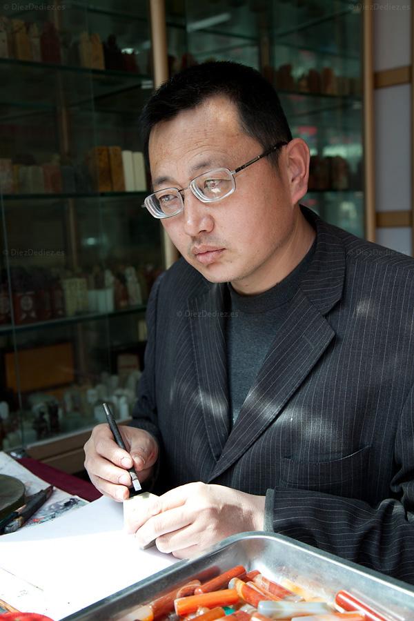 Maestro milenario de China tallando el sello de DiezDediez